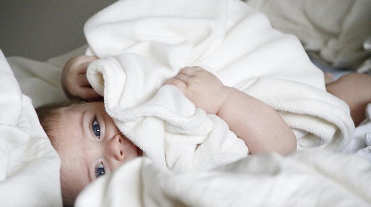 noworodek w ręczniku