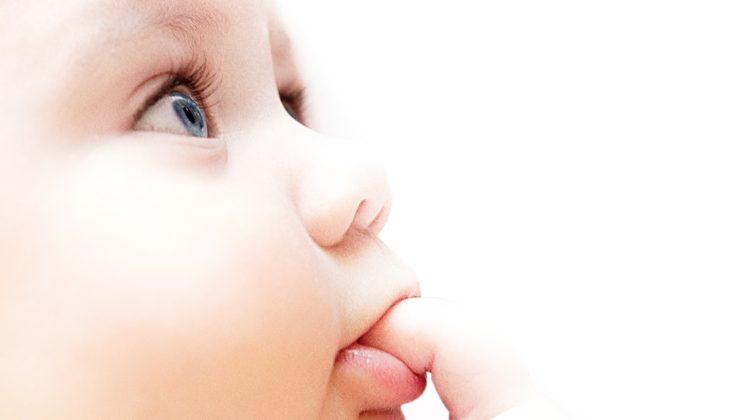 twarz niemowlaka z palcem w ustach