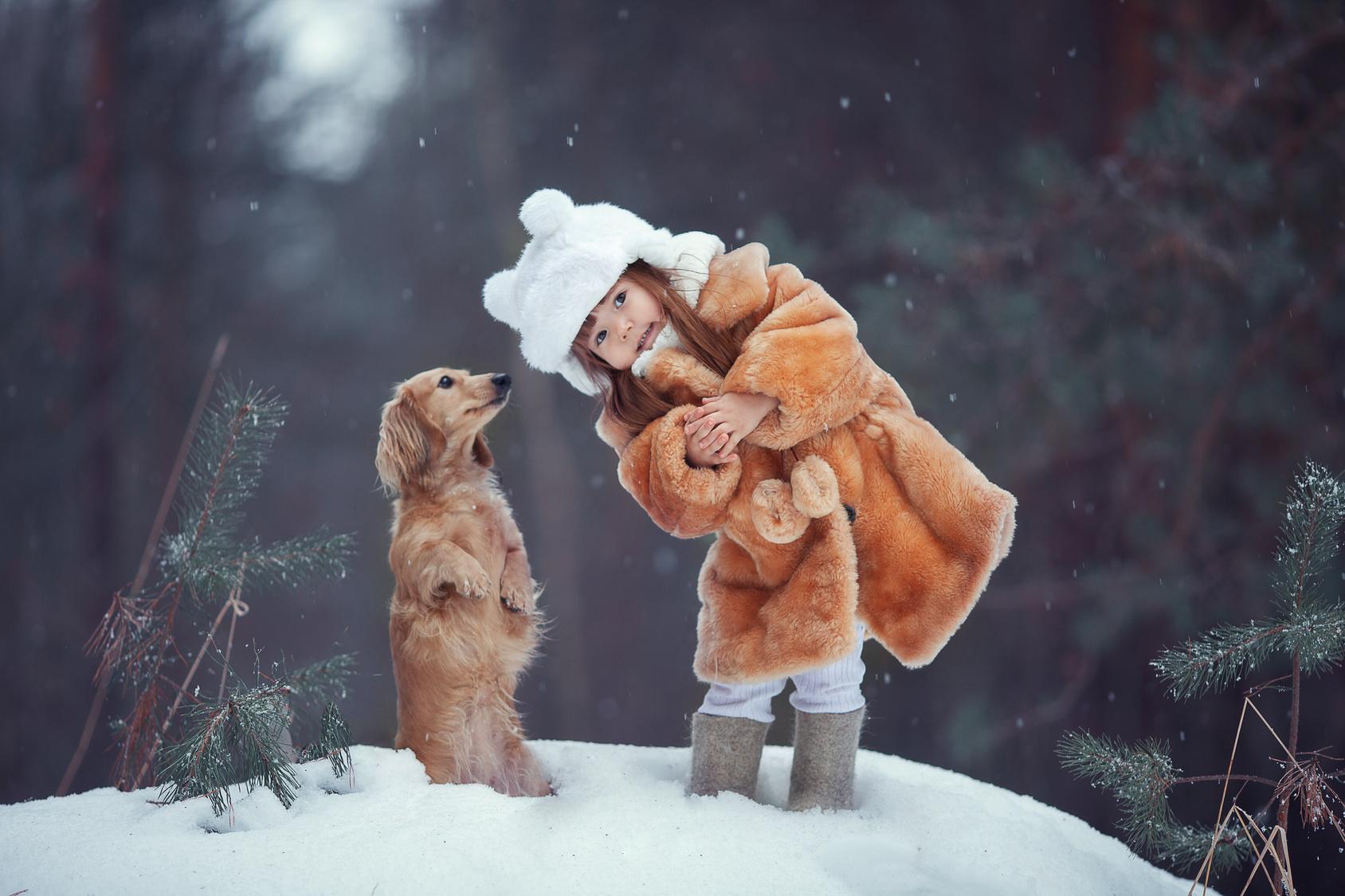Dziewczynka i pies w zimowej scenerii