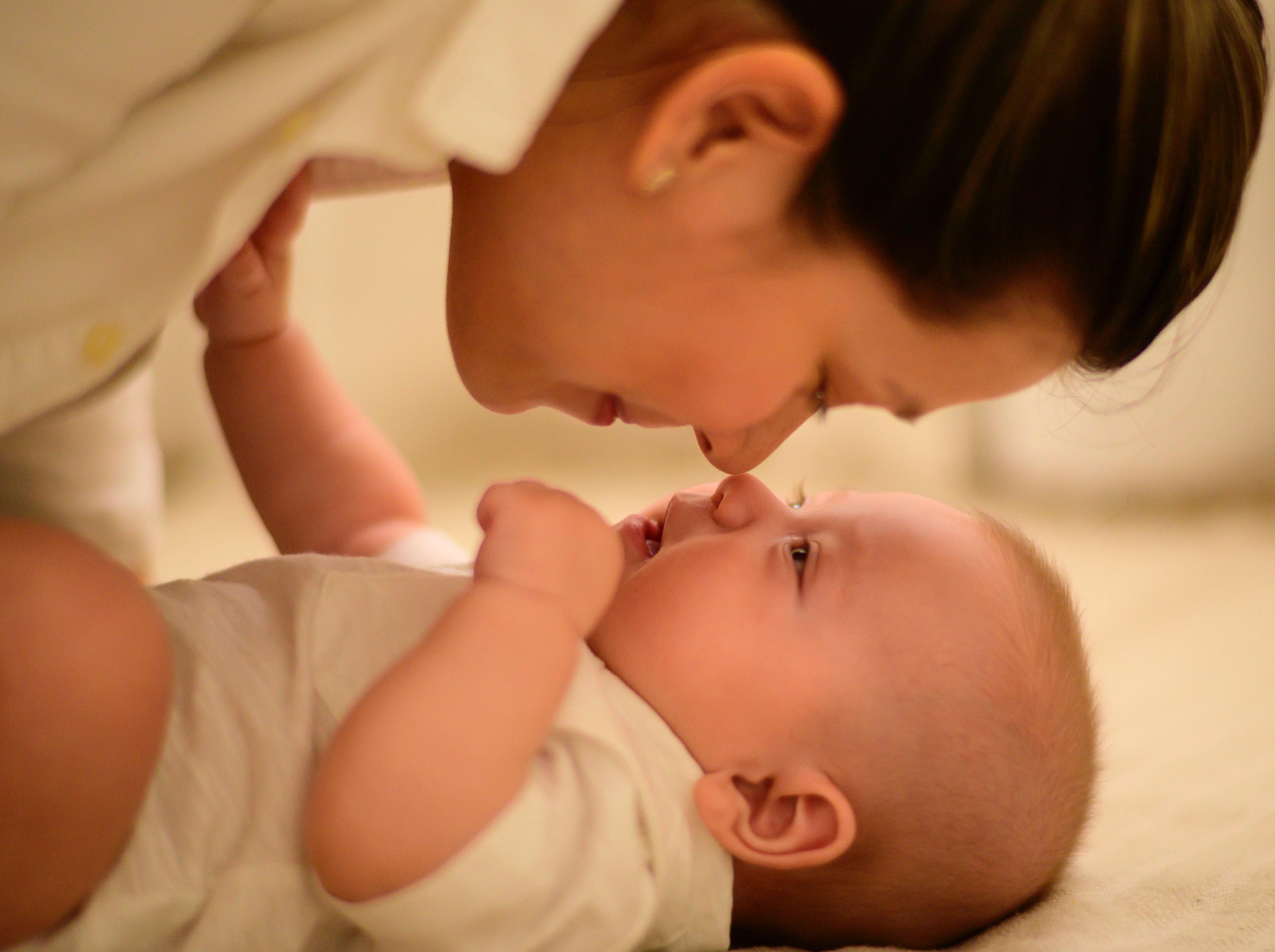 Mama wpatrująca się w niemowlę